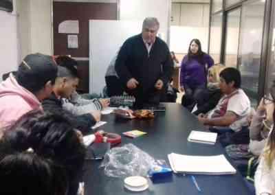 Guillermo Saucedo de UCAYA capacitando a los chicos